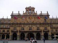 Ayuntamiento de Salamanca terminado en 1755 siguiendo las trazas de Andrés García de Quiñones, que modificó el proyecto original de Alberto de Churriguera.