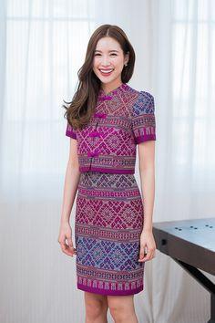 Source by ninavirg batik Model Dress Batik, Batik Dress, Traditional Thai Clothing, Traditional Dresses, Myanmar Dress Design, Blouse Batik, Thai Dress, Muslim Dress, Ethnic Fashion