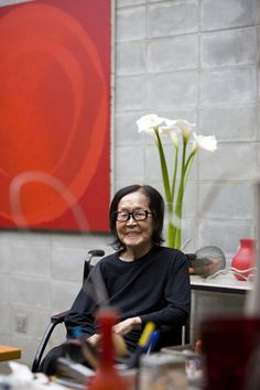 Tomie Ohtake by Filippo Bamberghi Tomie Ohtake, Pictures At An Exhibition, Art Studios, Artist At Work, Super Powers, Asian Art, Amazing Women, Modernism, Frames