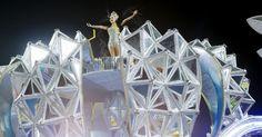 Passista em destaque no carro alegórico da Vai-Vai, que relembrou a trajetória da artista Elis Regina em seu enredo