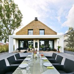 Architect Arjen Reas designed this contemporary thatched house in Zoetermeer.