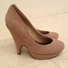Used but in great condition. A round toe pump in suade material. Beige/taupe color. The heel height is 4 1/2 with 1 inch platform which makes it easier to walk if you are used to shoes with high heels. Bakers Shoes