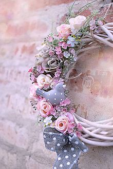 Attractive Easter Wreaths that looks Fancy & Captivating - Ethinify Summer Door Wreaths, Easter Wreaths, Silk Flower Wreaths, Floral Wreath, Easter Flower Arrangements, Easter Table Decorations, How To Make Wreaths, Diy Wreath, Easter Crafts
