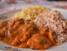 Ingredientes   70 g de shitake seco  1 cebola picada  350 g de molho de tomate