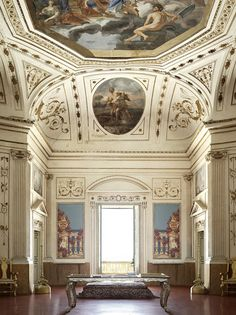 © Fabrizio Cicconi / Living Inside The large lounge, which was created in the late eighteenth century, opens onto the terrace, the olive valley and in the background, the sea ancestral portraits that adorned it have disappeared. The place was looted twice . Marco Kinloch Herbertson was replaced by tissue that has drawn them. Ceiling, Elia Interguglielmi murals on the theme of the ideal prince, with all around the virtues and in the medallions, the labors of Hercules. The large wooden table…