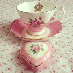 "Royal Albert New Country Roses ""Cheeky Pink"" Beautiful Vintage Flair! Love the Heart Trinket Box! Café Chocolate, China Tea Cups, Royal Albert, Tea Service, My Cup Of Tea, Rose Cottage, Teller, Vintage Tea, Vintage China"