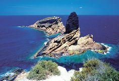 © Agència Valenciana de Turisme. Las cuatro pequeñas islas volcánicas situadas frente a la costa de la provincia de Castellón son uno de los espacios protegidos más importantes de la Comunidad Valenciana.