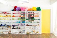 El colorista nuevo estudio de OhHappyDay. ¡Me lo quedo todo! Green Cabinets, Ikea Cabinets, Ikea Metal Shelves, Decoracion Vintage Chic, Balloon Shop, Yellow Sofa, Eclectic Modern, White Sofas, Colorful Interiors