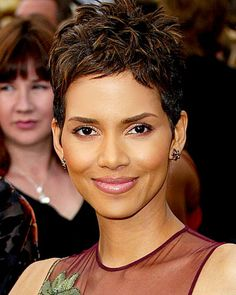 Halle Berry, 2002 Sometimes it's the simplest things that are just so right: Rumpled pixie, coppery shadow, glossy lips. Halle Berry Haircut, Halle Berry Short Hair, Halle Berry Pixie, Halle Berry Hairstyles, Halle Berry Style, Short Sassy Hair, Short Grey Hair, Short Bob Hairstyles, Short Hair Cuts
