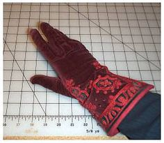 Glove tutorial from Tam's site: Recreating 16th and 17th Century Clothing: The Renaissance Tailor