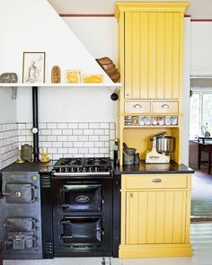 Over the years, many people have found a traditional country kitchen design is just what they desire so they feel more at home in their kitchen. Country Kitchen Designs, Modern Kitchen Design, Kitchen Dining, Kitchen Cabinets, Kitchen Art, Swedish Kitchen, European Kitchens, Cottage Kitchens, Primitive Kitchen