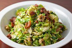 Een heerlijk en gezond koolhydraat arm voorgerecht, gesneden spruitjes met bacon, ui en pijnboompitten