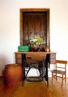 Many of us have a vintage or even antique sewing machine in their home that is dusty and neglected. Here are 60 ideas to upcycle vintage sewing machines into various types of home decor accessories. Sewing Machine Tables, Antique Sewing Machines, Sewing Table, Couture Vintage, Recycled Furniture, Furniture Ideas, Upcycled Vintage, Home Decor Accessories, Antiques