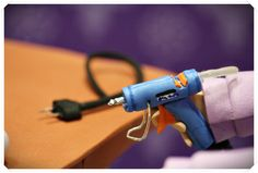 Detalle pistola de silicona hecha en goma eva, para fofucha manualidades  www.xeitosas.com