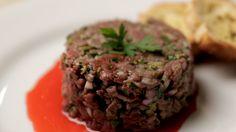"""Inspirada na série de suspense """"Hannibal"""", Isadora prepara um Steak Tartare delicioso,  com direito a sangue falso e tudo."""