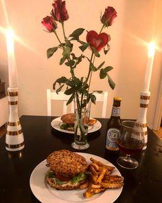 Igår hadde vi som sagt hjemmelaget burgere og brød. Det smakte himmelsk! Fant en veldig bra oppsk... Table Settings, Blogging, Place Settings, Tablescapes