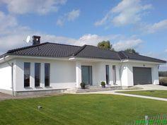 Stucco House Colors, Modern House Colors, Modern Bungalow House, Bungalow Exterior, House Layout Plans, Family House Plans, House Layouts, Casa Top, Minimal House Design