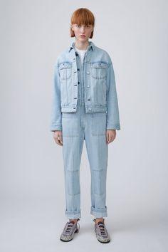Acne Studios Blå Konst Lamp light blue is an oversized denim jacket with dropped shoulder seams.