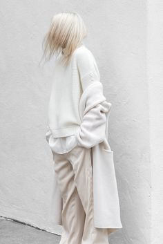 4 For Fall with Vince – There are fewer things I love more than the arrival of Fall. My favorite season always promises the re-introduction of coats, knits and leathers. The chunkier, slouchier an Minimal Outfit, Minimal Fashion, Fashion Editor, Daily Fashion, Women's Fashion, Vetements Clothing, Clothes 2018, Aesthetic Look, Business Casual Attire