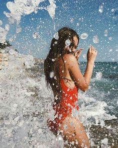 Gorgoeus teen big boobed mum in professional photoshoot in bikini swimwear at the beach. Shotting Photo, Beach Poses, Summer Poses Beach, Poses On The Beach, Summer Picture Poses, Summer Beach Looks, Fun Poses, Picture Ideas, Instagram Pose
