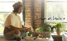 Lunch at Laila's - J'ai rencontré Laila chez Daphné, où elle s'occupait de préparer à dîner pour une quinzaine de personnes, et j'ai tout de suite aimé son style. Sa présence, sa manière de cuisiner tout en bavardant et racontant des blagues et de sortir du four un plat après l'autre sans même qu'on se soit...