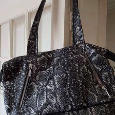 Sylvie sur Instagram: Maintenant qu'il est arrivé à destination je peux vous montrer le sac cousu pour l'anniversaire de ma soeurette ❤ Un Java modèle #sacotin.