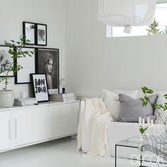 Inspiração do dia! O décor total white inspira leveza e elegância. Ícone máximo do luxo, a cor fica bem em diversas composições, como neste ambiente despretensioso e com referências contemporâneas.