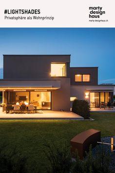 Das #Generationenhaus nutzt die unregelmässige Geometrie des #Grundstückes, um für beide #Wohnbereiche ein Maximum an Privatatmosphäre zu schaffen. Cabin Bag, Beide, Light Shades, Interior Ideas, Exterior, Inspiration, Mansions, Architecture, House Styles