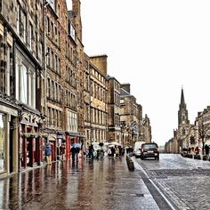 Shops and restaurants in the historic district near the Edinburgh Castle