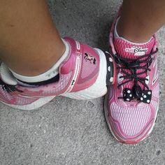 """O #dia11 do #thefabulousproject é dedicado ao """"sapato do dia"""". Apesar de eu não ser mais amiga da Minnie (estão lembrados do que ela fez comigo na Maratona da Disney??) o treino de hoje foi com o tênis dela he he he. #viajarcorrendo #minnie #newbalance #disneymarathon #disney #corrida #maniadecorrida #run #corredorescariocas #viciadosemcorridaderua #corridaderua #maratona #30tododia"""