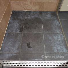 Tip: Donkere badkamertegels met witte aanslag reinigen http://mamameteenblog.nl/witte-aanslag-badkamertegels-verwijderen/