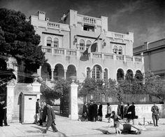 Αρχοντικό Ράλλη - Σκαραμανγκά. Βασιλίσσης Σοφίας 15. Δίπλα στο μουσεί Μπενάκη.Κτίστηκε γύρω στο 1920 βάσει σχεδίων του Αριστοτέλη Ζάχου. Το Δεκέμβρη του 1944 κατοικούσε ο αντιβασιλεύς Αρχιεπίσκοπος Δαμασκηνός. Αργότερα στεγάστηκε η Αμερικανική πρεσβεία. Κατεδαφίστηκε το 1955. Greece Pictures, Old Pictures, Old Photos, Vintage Photos, Athens Acropolis, Athens Greece, Old Greek, Neoclassical, Once Upon A Time