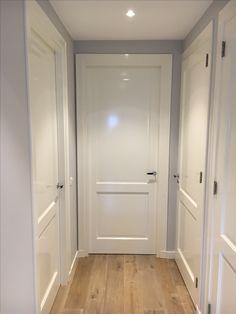 Schilderwerk Ral 9010 hoogglans Wanden Dimpse Farrow and Ball Interior Door Styles, Home Interior Design, Home Reno, Home Living Room, Bathroom Interior, Home Remodeling, House Design, Windows, Moldings