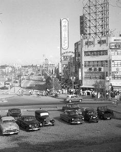 昭和29年 池袋東口 南側 54-8-  都電(終点)の乗り場が見える。 この都電は池袋から数寄屋橋行きだったような・・・。 角の建物(4階建 明治屋の看板)は 現在も同じ建物かもしれない。