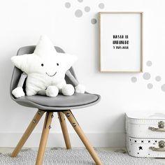 Little star peluche / Shines shines little star...  Esta adorable y saltarina estrella blanca de enorme sonrisa y cuerpo suave y blandito se convertirá en la amiga favorita de los más peques de la casa.  Recomendaciones: · Lavar únicamente a mano · No usar secadora · No planchar · No se recomienda limpiar en lavadora Vespa Rosa, Blandito, Reno, My House, Baby Kids, Chair, Furniture, Ideas, Home Decor