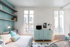 Projet de rénovation et décoration d'un studio de 20m2 dans le 8e arrondissement de Paris. Avant : un studio mal entretenu, l'électricité vétuste, un plancher en mauvais état, une distribution des pièces peu agréable. Le challenge : transformer l'endroit en studio moderne et accueillant pour une jeune trentenaire ; prévoir des rangements, agrandir la salle de bain, créer une cuisine plus fonctionnelle, distinguer l'espace nuit de l'espace jour, et concevoir une décoration dans l'air du…