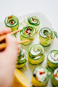 Were making Mediterranean-inspired Greek Sushi rolls that take everything good about Greek salad and wrap it up into a delicious sushi rolls! This easy vegetarian sushi recipe is full of flavor quick to make and mess-less. Vegetarian Sushi Recipes, Vegan Recipes, Vegetarian Italian, Cheap Recipes, Beef Recipes, Tzatziki, Sushi Take, Sushi Sushi, Sin Gluten