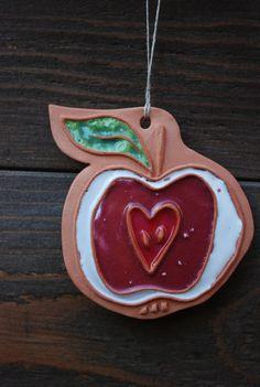 Keramická+ozdoba+(jablkoí)+005+Ozdoba+z+keramické+hlíny+s+dekorem+jablka.+Ruční+výroba+dle+autorského+návrhu,+glazovaná.+Opatřeno+provázkem+k+zavěšení.+Dekorace+vhodná+na+vánoční+stromek,+adventní+věnec+či+štědrovečerní+stůl.+Jednotlivé+kusy+se+mohou+v+detailech+lišit.+Rozměry:+5+x+4+cm+barva:+béžová+-+bílá+-+zelená+Každý+kus+je+ručně+dělaný+originál.+(na...