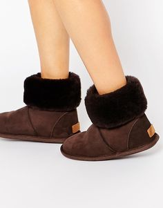 Schuhe von Just Sheepskin Obermaterial weiches Schaffell im Bahnendesign flauschiger Schaft Markenetikett an der Ferse mit geeignetem Pflegemittel behandeln Obermaterial aus 100% Schafsleder