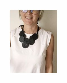 Leather Toms, Diy Jewelry, Unique Jewelry, Get Fresh, Leather Projects, Leather Design, Leather Necklace, Textiles, Crochet Necklace