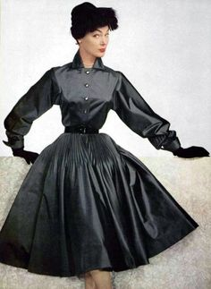 Retro Fashion Ivy Nicholson wearing a dress by Jacques Fath, Photo by Philippe Pottier. 1950 Style, Fifties Fashion, Retro Fashion, Vintage Fashion, Club Fashion, Jeanne Lanvin, Glamour Vintage, Vintage Dresses, Vintage Outfits