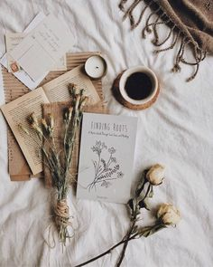 Cozy Aesthetic, Autumn Aesthetic, Brown Aesthetic, Aesthetic Vintage, Aesthetic Photo, Aesthetic Pictures, Flat Lay Photography, Coffee Photography, Photos Amoureux
