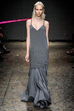 La robe anthracite du défilé DKNY à New York
