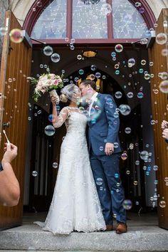creative wedding kiss photos bubbles bride and groom martelli photography