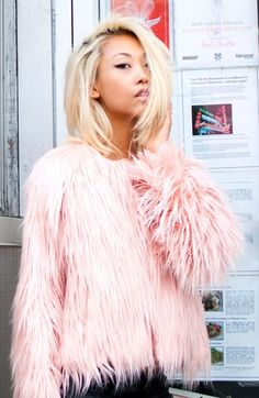 Pretty faux fur coat in pink Fur Fashion, Pink Fashion, Pink Faux Fur Coat, Pink Fur Jacket, Looks Style, My Style, Rosa Style, Looks Party, Look Rose