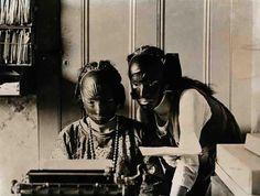 """""""As mulheres usavam máscaras de borracha para se livrarem das rugas. © Wikicommons"""" Fonte: http://obviousmag.org/"""