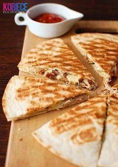 Zobacz zdjęcie QUESADILLA  Składniki:  -placki tortilli,  -ser żółty,  -pierś z kurczaka,  -brokuły.    Ser ścierany na tarce, kurczaka kroimy w kostkę, podsmażamy i doprawiamy, brokuły kroimy i gotujemy. Wszystkie składniki układamy na placku tortilli (można polać sosem) i przykrywamy drugą tortillą.  Grillujemy z obu stron, aż placki staną się chrupiące.    Podawać ciepłe z sosem ;) w pełnej rozdzielczości