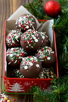 33 Ideas cake pops christmas sweet treats for 2019 Christmas Cake Designs, Christmas Cake Pops, Christmas Cake Decorations, Christmas Snacks, Christmas Sprinkles, Christmas Treats For Gifts, Christmas Truffles, Holiday Cookies, Christmas Desserts