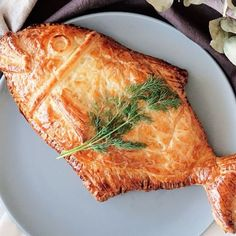 Recipe with video instructions: Elevate baked salmon with cream cheese, spinach and a warm, flaky crust shaped like a fish. Salmon In Puff Pastry, Puff Pastry Ingredients, Puff Pastry Recipes, Seafood Dishes, Fish And Seafood, Salmon Recipes, Fish Recipes, Salmon Food, Mayonnaise