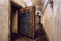 鉄扉 厚さ30センチの鉄扉と、御前会議が開かれた会議室